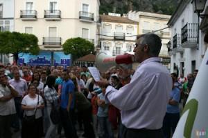 El secretario local de CCOO, Francisco Rubio, se dirige a los concentrados en la Plaza del Ayuntamiento