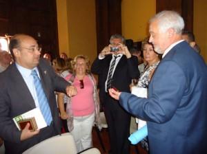 Manuel Toro recibe las llaves del Ayuntamiento de manos de Javier Cabezas.