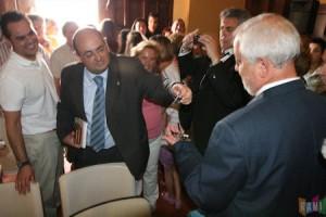 Javier Cabezas entrega las llaves del Ayuntamiento a Manuel Toro.