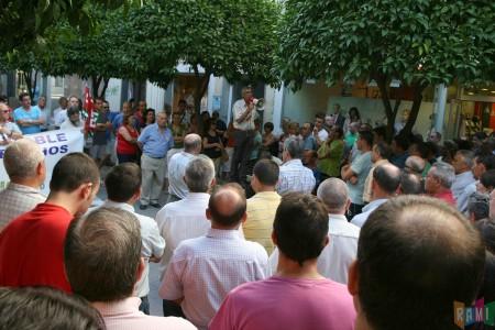 El secretario local de CCOO, Francisco Rubio, se dirige a los manifestantes en la avenida de España