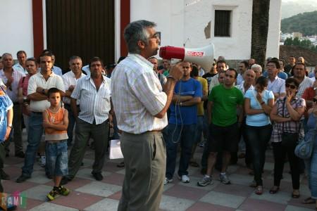 El secretario local de CCOO, Francisco Rubio, se dirige a los concentrados
