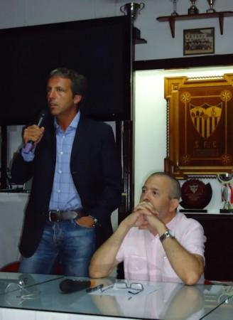 Cristóbal Soria, con el presidente de la Peña, José Navas