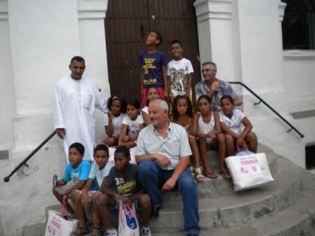 Los niños saharauis, con su monitor, en la escalinata del Ayuntamientoi, con el alcalde, Manuel Toro, y Francisco Rubio, de la asociación Tierra Libre