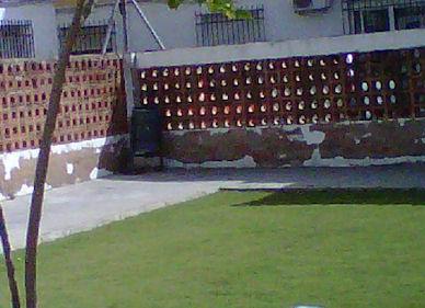 Muro deteriorado de un patio de la guardería La Esperanza