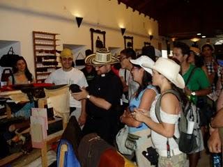 Peregrinos colombianos, en el Museo de la Piel de Ubrique.