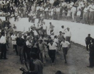 Carriles, a hombros, en la antigua plaza de toros de Ubrique.