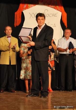 El presidente de la Peña Flamenca, Manuel Gago, entre los homenajeados (Foto: Juan Carlos Moreno).