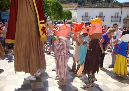 Cabezudos, en La Plaza del Ayuntamiento, al comienzo de su recorrido (Foto: Merci).