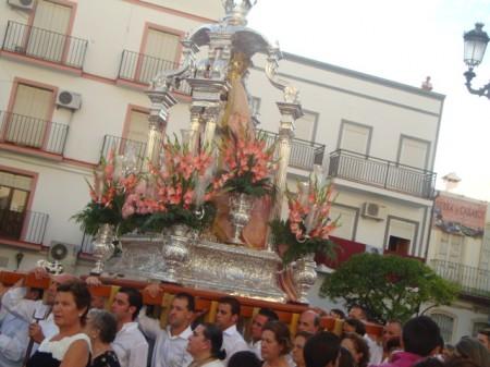 La imagen de la Patrona, a hombros de miembros de la Hermandad de Nuestra Señora de los Remedios.