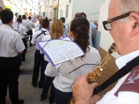 Pasacalles de la Agrupación Musical Ubrique con los gigantes y cabezudos.