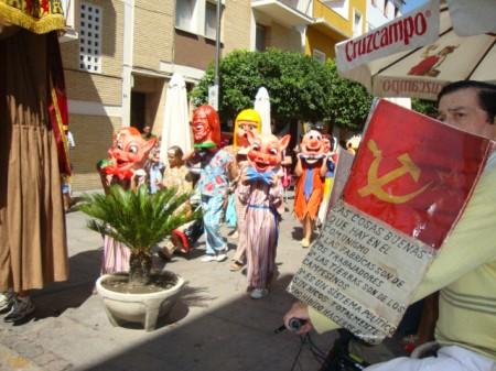 El pasacalles, por la avenida de España.