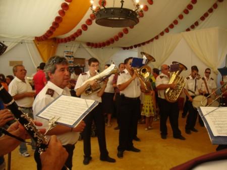 La Agrupación Musical Ubriqueña despide el pasacalles en la Caseta Municipal con un pasodoble.