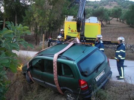 Los bomberos retiran el vehículo accidentado