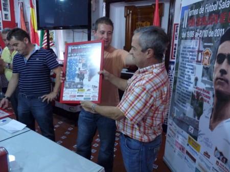 El directivo Miguel Bautista entrega un cuadro de agradecimiento al Comité Local de Fútbol Sala.