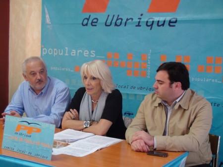 Teófila Martínez, junto al alcalde de Ubrique, Manuel Toro, en rueda de prensa.