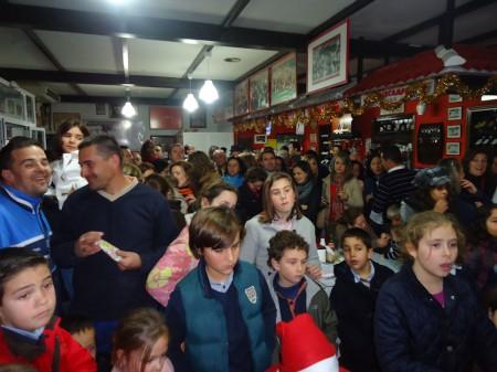 Público asistente al acto de entrega de regalos de Reyes Magos de la Peña Sevillista de Ubrique.