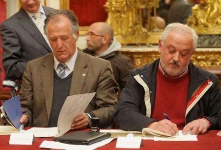 El alcalde de Ubrique, Manuel Toro, firma el convenio en Diputación.