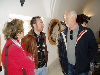 El artista conversa con el alcalde (Foto: Paco Solano).