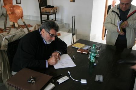 El autor firma un ejemplar.