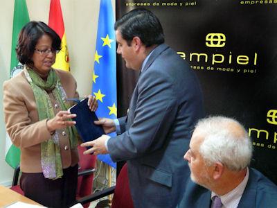 La embajadora de Indonesia, con el presidente de Empiel.