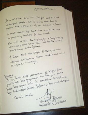 Firma de la embajadora en el libro de honor de Empiel.
