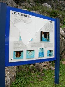 Cartel interpretativo del Mausoleo de Ocuri destruido a pedradas en el año 2007 (Foto: Luis Javier Guerrero)