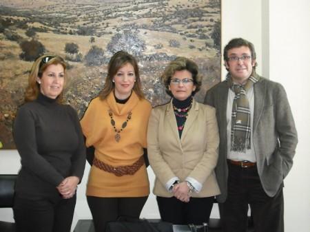 Las personas que encarnaron a los Reyes Magos, con la concejal de Fiestas (Foto: www.ayuntamientoubrique.es).