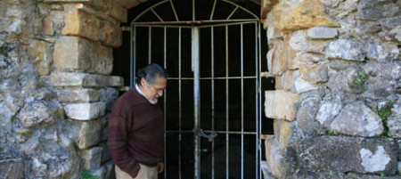 El portavoz de IU, José García Solano, ante el mausoleo-columbario de Ocuri.