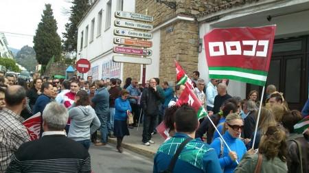 Concentración de manifestantes cerca de la sede de los sindicatos.
