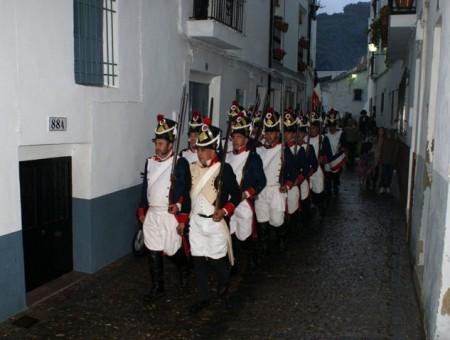 """Desfile de """"franceses"""" por el casco antiguo de Ubrique (Foto: www.ayuntamientoubrique.es)."""