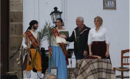 El alcalde, Manuel Toro, la concejal de Cultura, Josefina Herrera, y los serranos mayores de la fiesta (Foto: www.ayuntamientoubrique.es).