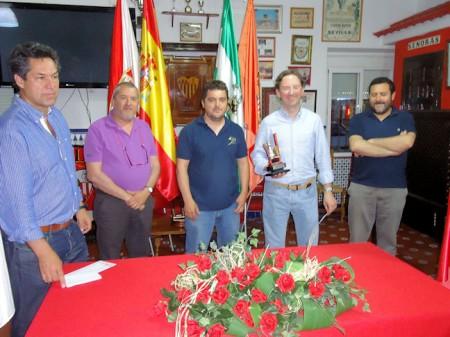 Antonio Medina, con el trofeo, con Manuel Castro, José Navas, Francisco Pérez León y Juan Manuel Román.