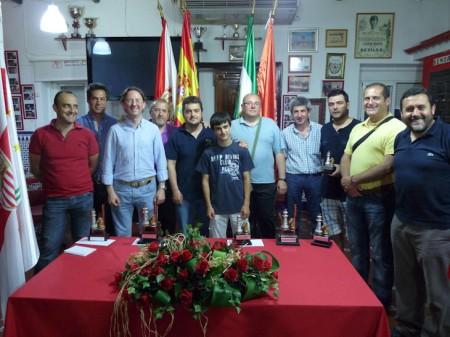 Los ganadores de las diferentes categorías, con algunos directivos de la Peña Sevillista.