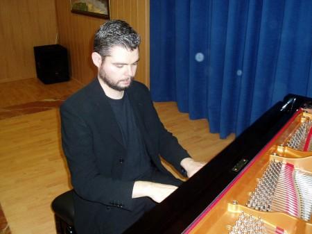 El pianista ubriqueño, en plena actuación.