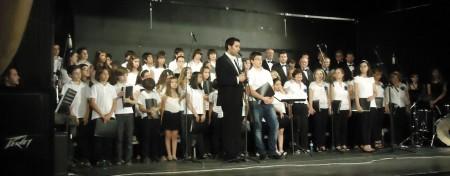 Interpretación conjunta de la Coral Polifónica y el Coro de Voces Blancas, con la dirección de Juan Antonio Aibar.