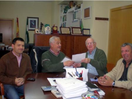 El alcalde, Manuel Toro, y el concejal de Medio Ambiente, Bartolomé Panal, con los representantes de Madre Coraje (Foto: www.ayuntamientoubrique.es).