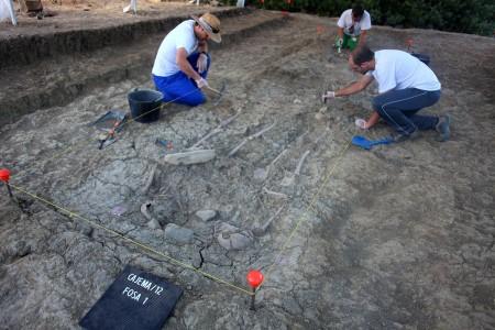 Trabajos de excavación arqueológica de la fosa 1 del Marrufo (Foto: Adrià Riudavets Ramos)