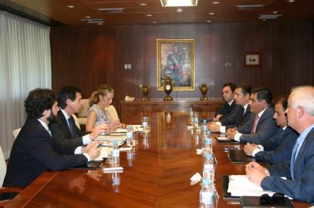 El presidente de Empiel y el alcalde de Ubrique, con el ministro de Industria, José Manuel Soria, y otros participantes en la reunión.