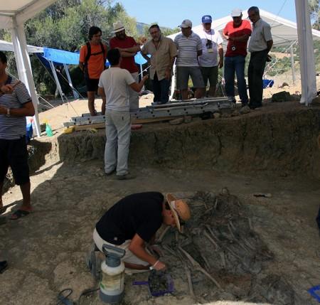 El arqueólogo Jdsús Román explica a los visitantes los pormenores de la excavación.