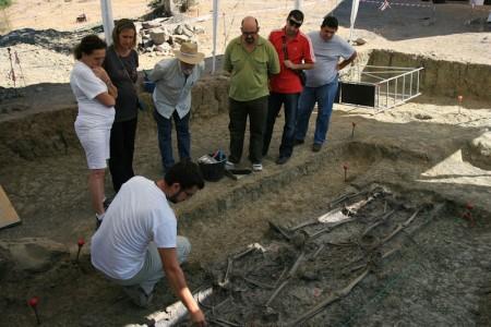 El arqueólogo Jesús Román explica a los portavoces de PSOE, PA e IU los pormenores del proceso de exhumación.