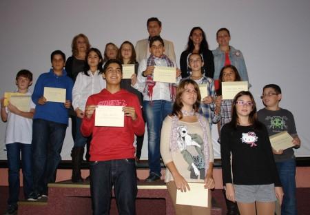 Premiados en los concursos escolares, con miembros del Ayuntamiento, ACU y Oficina de Turismo.