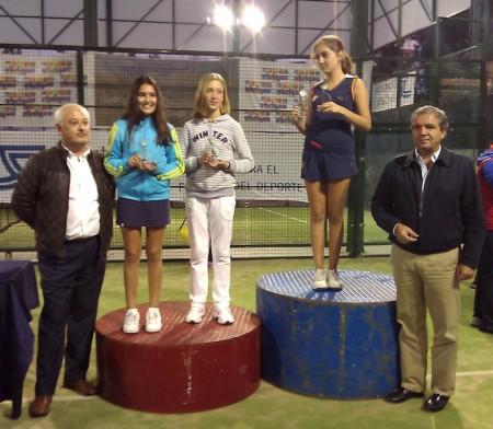 El diputado provincial de Deportes y el alcalde, con alumnos galardonados.