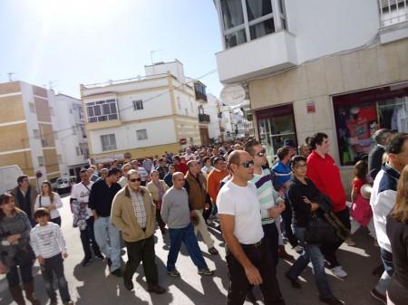 La manifestación, durante su recorrido, con la inmensa mayoría de los comercios cerrados.