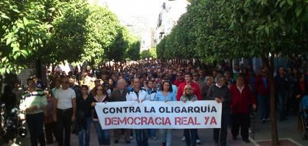 La manifestación, por la avenida de España (Foto: http://forosocialdeubrique.blogspot.com.es).