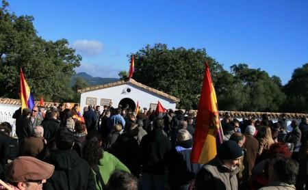 Asistentes al homaneja celebrado en el cementerio de la Sauceda.