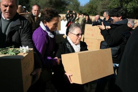Familiares de las víctimas portan los restos de las víctimas en el entierro celebrado en el cementerio de la Sauceda.