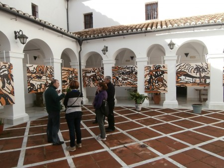 Paco Solano, en una visita guiada al Museo de la Piel, presenta a unos visitantes las características de la exposición-taller de Agüera.