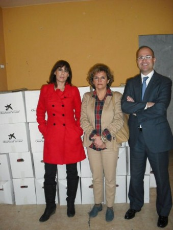 La concejal Pepi Gloria Pérez, con representantes de la entidad donante.