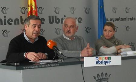 El diputado provincial Antonio García, el alcalde, Manuel Toro y la concejal Mª Remedios González.