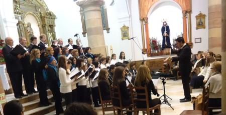 Actuación conjunta de la Coral Polifónica, el Coro de Voces Blancas y el Grupo de Clarinetes.
